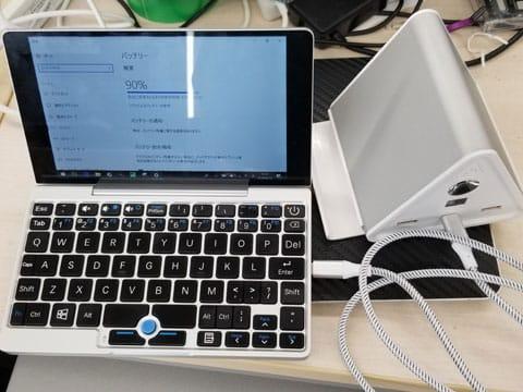 ノートパソコンの充電例。USB Type-C口から付属のUSB Type-CケーブルでPower Deliveryで高速充電
