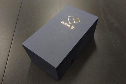 紺色の化粧箱に金の箔押しで高級感があります