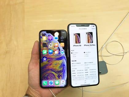 「iPhone XS」と「iPhone XS Max」を持ってみる