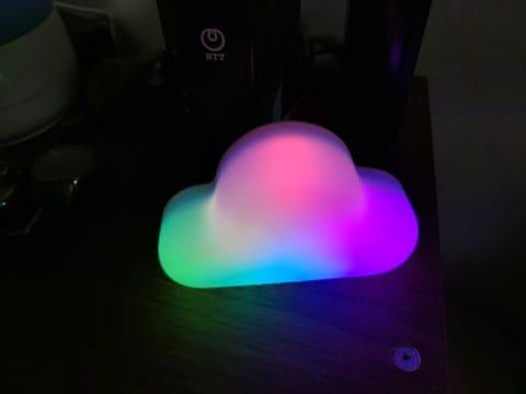 接続完了すると虹色に光る。なぜ光らせるのか…