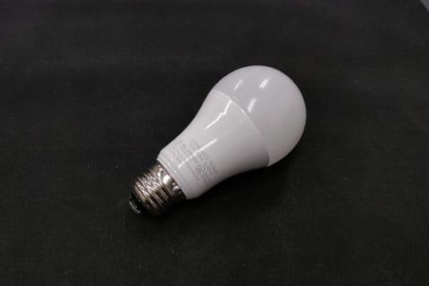 LED電球本体。よく見るとMACアドレスも記載されている
