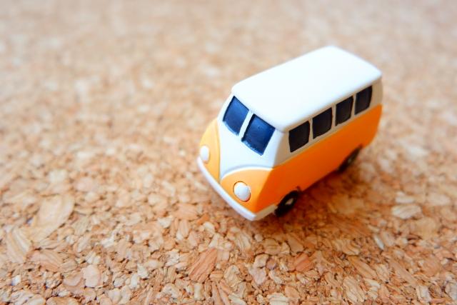 オレンジの車